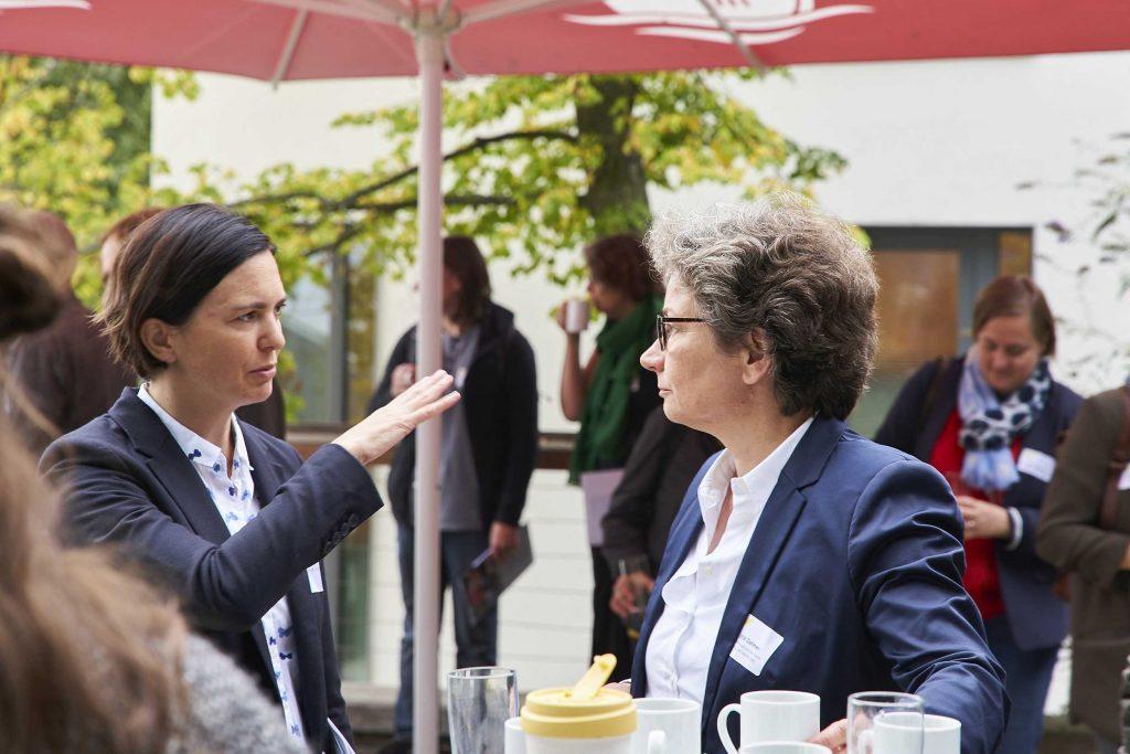 Susanne Dengel, Referentin der Bundesbeauftragten für Kultur und Medien im Gespräch mit Jutta Dahmen, Bundesministerium des Innern, für Bau und Heimat | © Swen Gottschall. bloominds.com