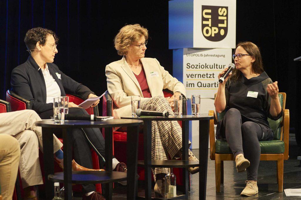 Daniela Koß, Stiftung Niedersachsen und Anne Wiederhold-Daryanavard (am Mikro) von der Brunnenpassage Wien | © Swen Gottschall. bloominds.com