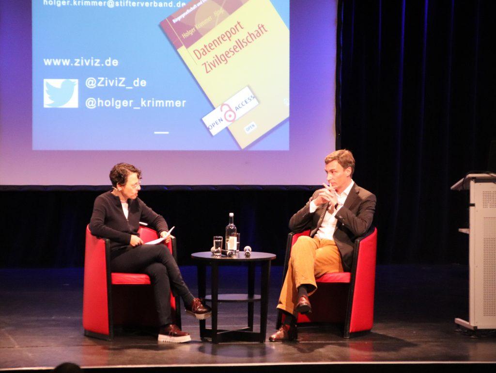 Moderatorin Adrienne Braun interviewt Holger Krimmer, ZiviZ gGmbH zum Thema