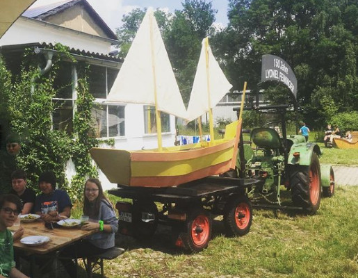 Gemeinsames Essen nach den Segelboot-Bau © Studio Mosaik