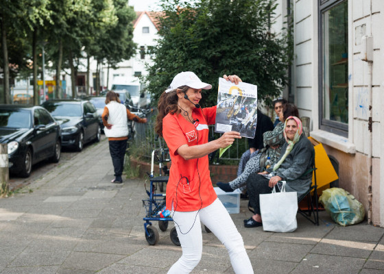 Paula präsentiert das neue Stadtteilmagazin © Aleksandra Weber