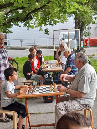 Generationsübergreifendes Schachspiel © Plattenwechsel