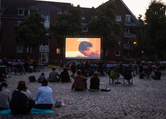Der öffentliche Platz wird beim Mikrofestival zum Freiluftkino © Aleksandra Weber