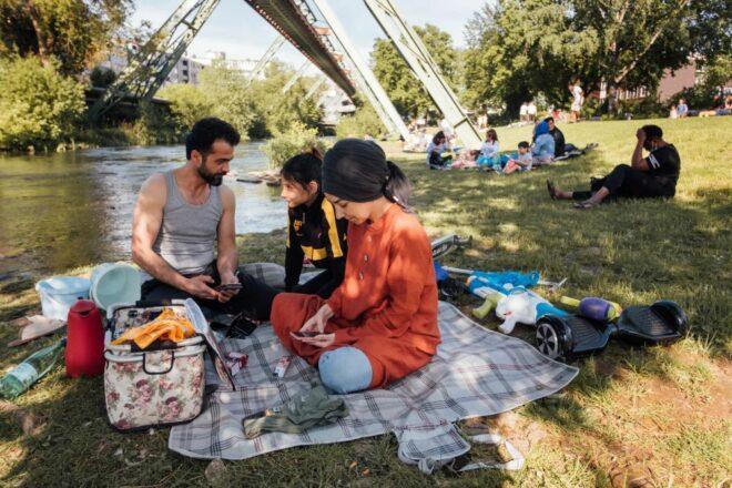 Eine Familie picknickt bei schönem Wetter